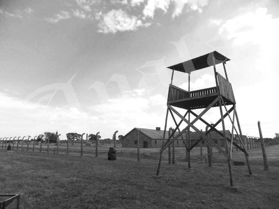 Entrada al campo de mujeres KL Auschwitz II – Birkenau. Cerca de esta puerta la orquesta tocaba la marcha que acompañaba a los que se dirigían al trab