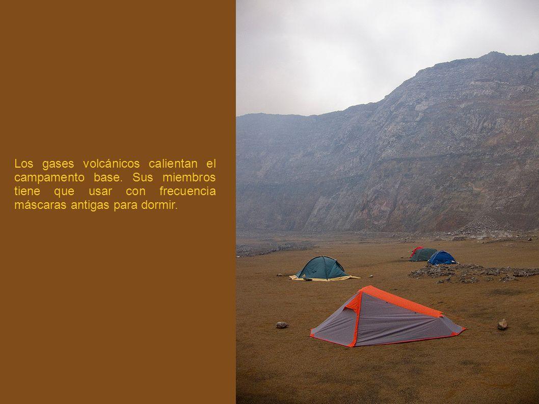 Los gases volcánicos calientan el campamento base. Sus miembros tiene que usar con frecuencia máscaras antigas para dormir.