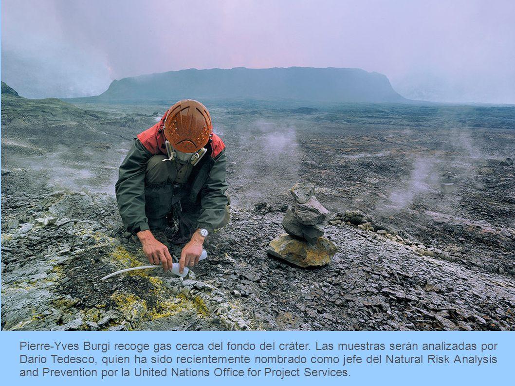 Pierre-Yves Burgi recoge gas cerca del fondo del cráter. Las muestras serán analizadas por Dario Tedesco, quien ha sido recientemente nombrado como je
