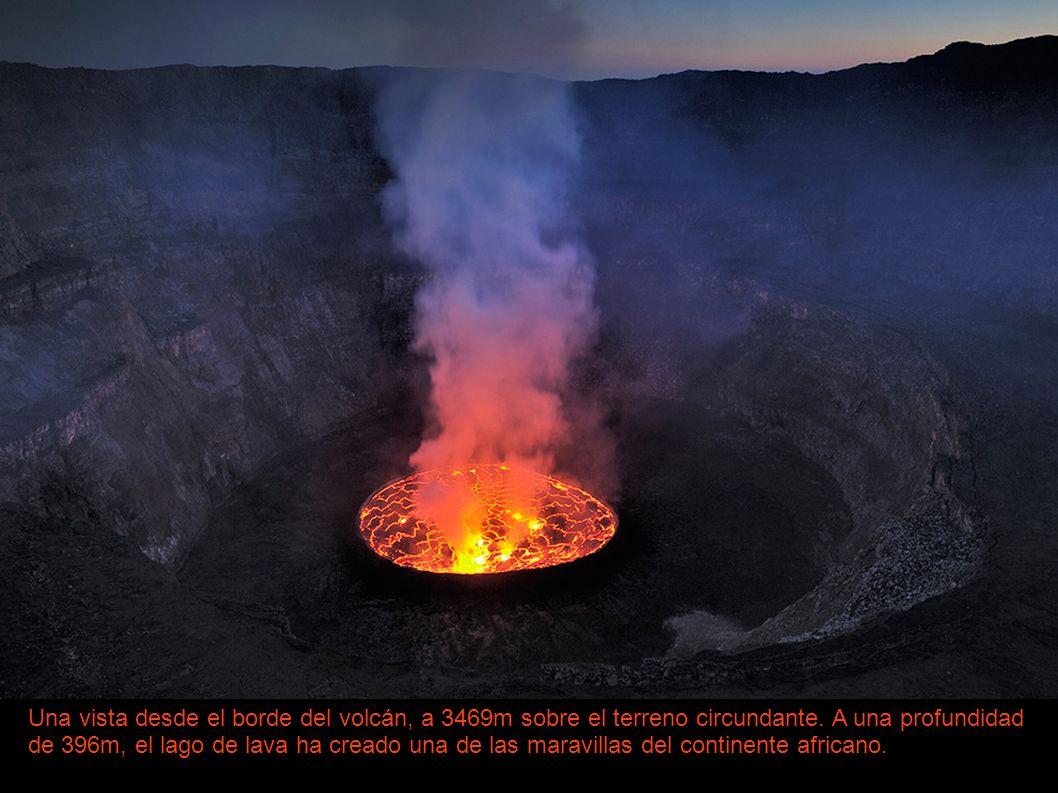 Una vista desde el borde del volcán, a 3469m sobre el terreno circundante. A una profundidad de 396m, el lago de lava ha creado una de las maravillas