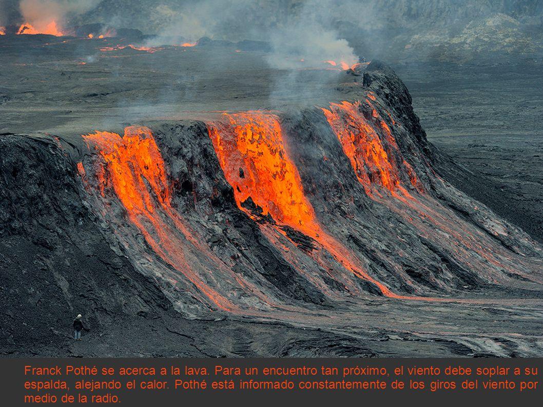 Franck Pothé se acerca a la lava. Para un encuentro tan próximo, el viento debe soplar a su espalda, alejando el calor. Pothé está informado constante