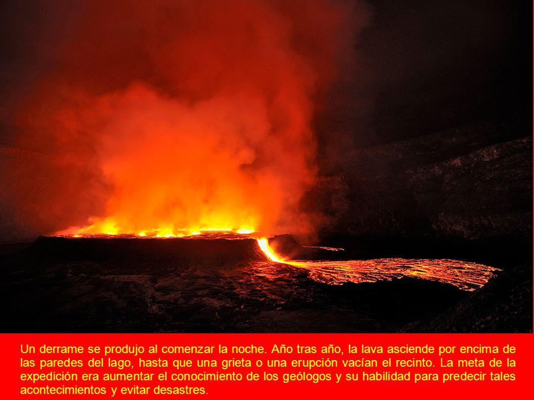 Un derrame se produjo al comenzar la noche. Año tras año, la lava asciende por encima de las paredes del lago, hasta que una grieta o una erupción vac