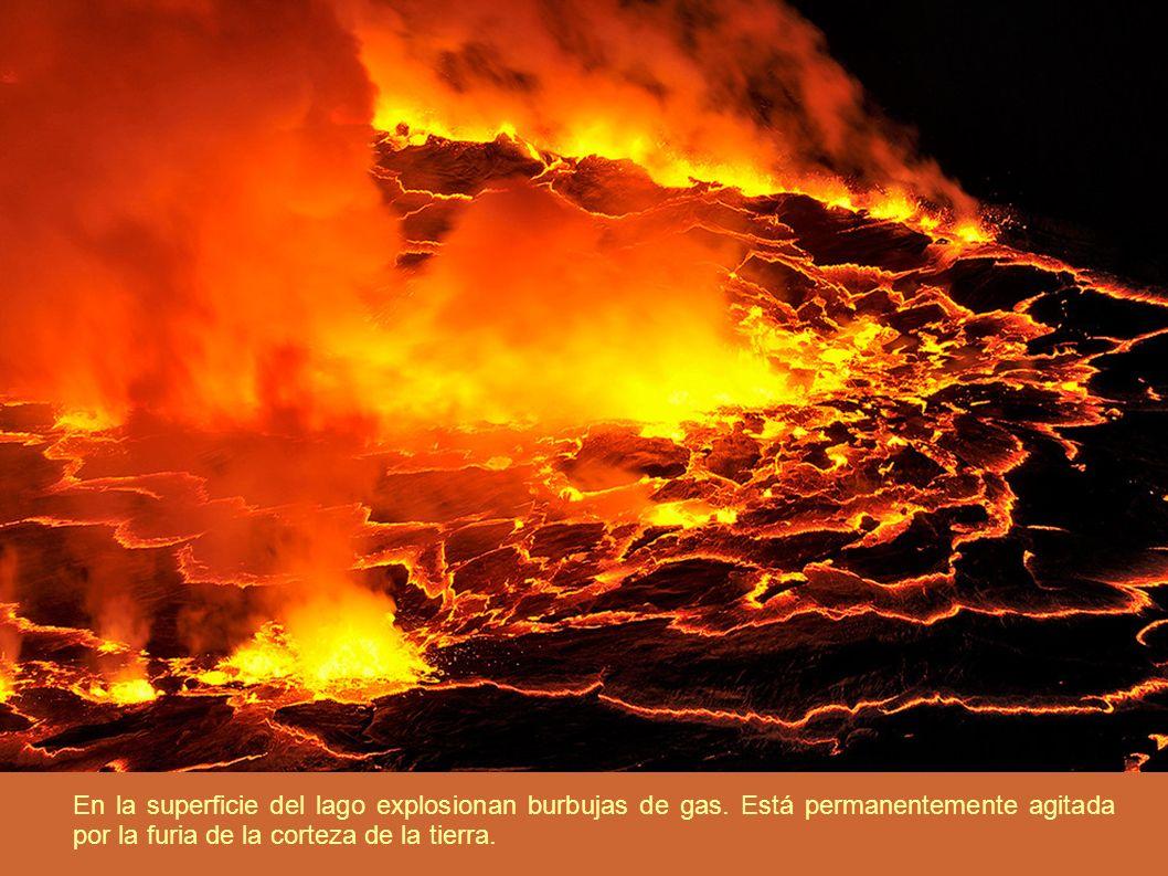 En la superficie del lago explosionan burbujas de gas. Está permanentemente agitada por la furia de la corteza de la tierra.