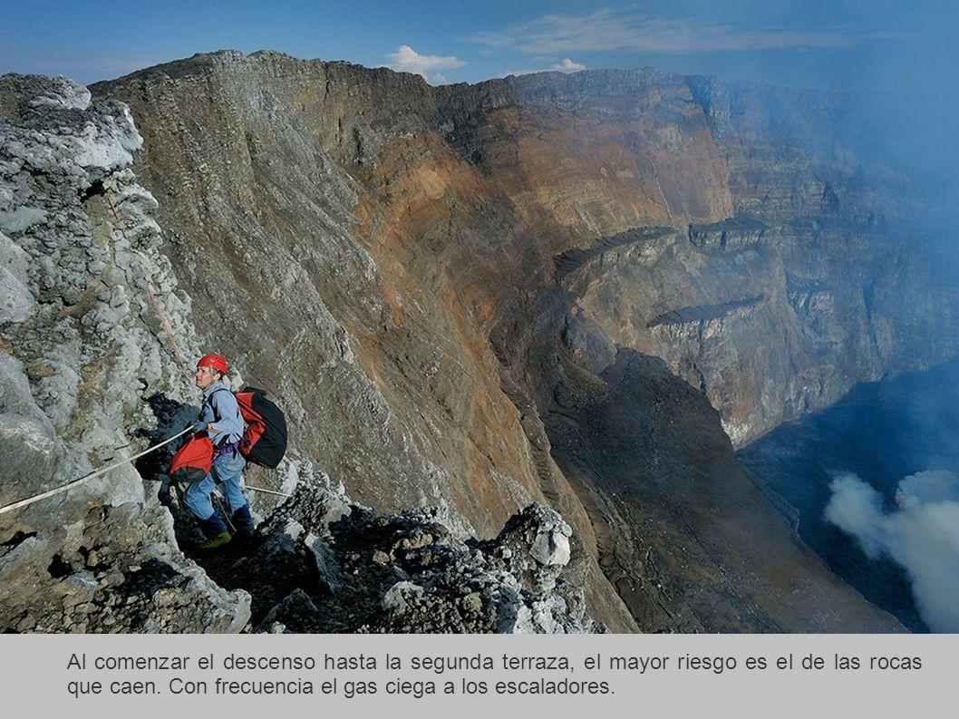 Al comenzar el descenso hasta la segunda terraza, el mayor riesgo es el de las rocas que caen. Con frecuencia el gas ciega a los escaladores.