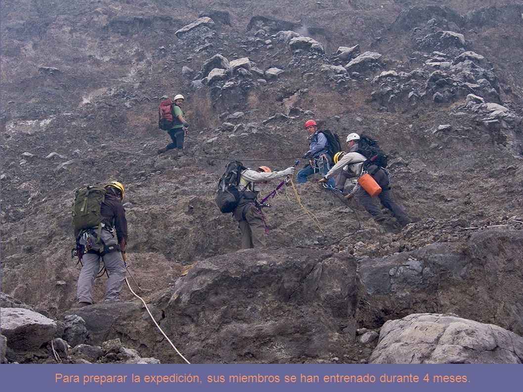 Jacques Barthelemy, montañero y veterano del Nyiragongo, usa unas cuerdas para bajar sacos de equipo hasta la segunda terraza.