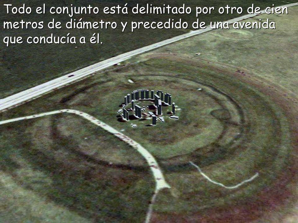 Todo el conjunto está delimitado por otro de cien metros de diámetro y precedido de una avenida que conducía a él.