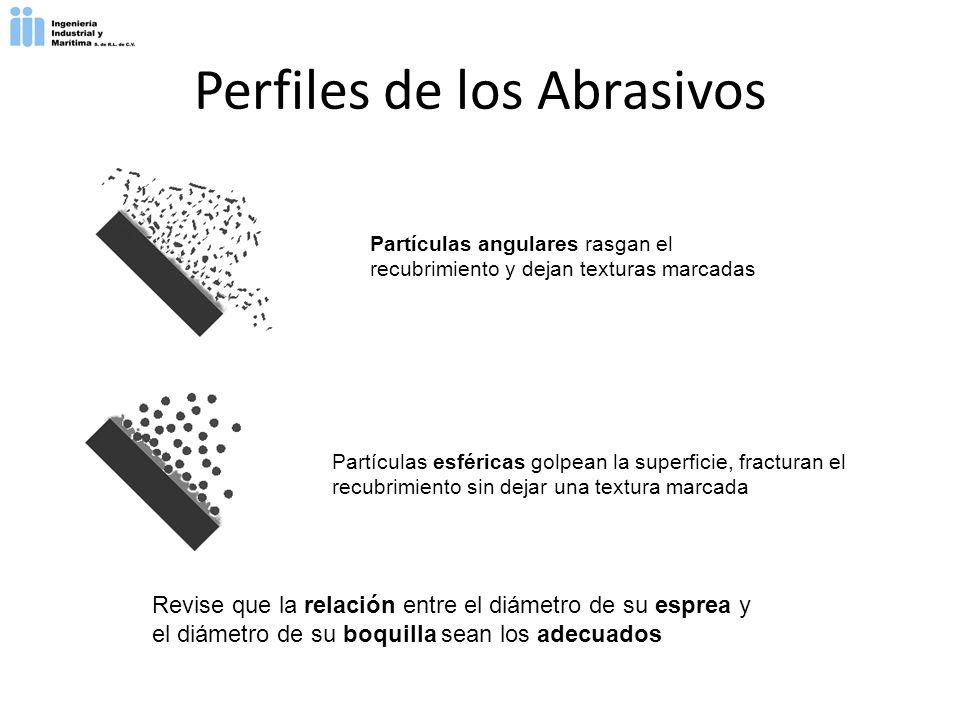 Partículas angulares rasgan el recubrimiento y dejan texturas marcadas Partículas esféricas golpean la superficie, fracturan el recubrimiento sin deja