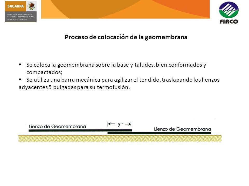 Proceso de colocación de la geomembrana Se coloca la geomembrana sobre la base y taludes, bien conformados y compactados; Se utiliza una barra mecánic