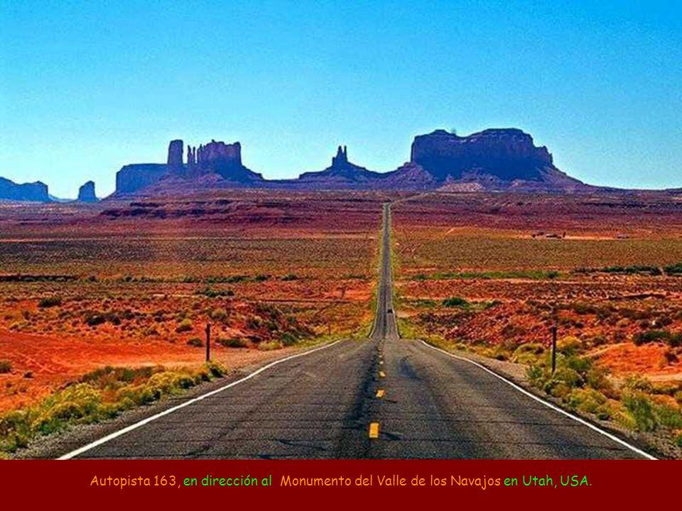 Autopista 163, en dirección al Monumento del Valle de los Navajos en Utah, USA.
