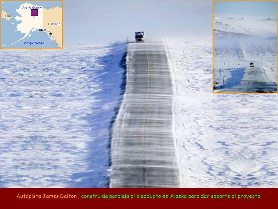 Autopista James Dalton, construída paralela al oleoducto de Alaska para dar soporte al proyecto.