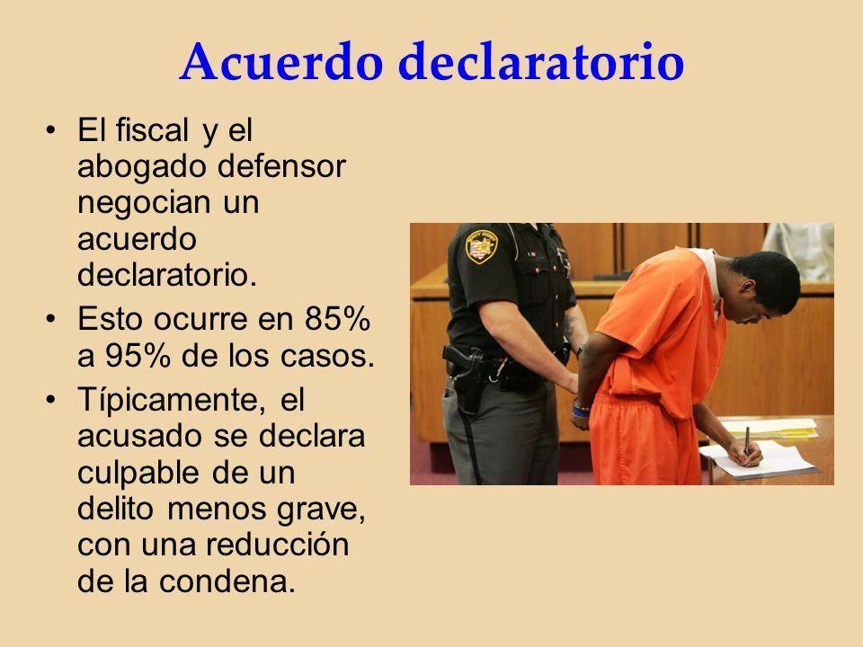 Acuerdo declaratorio El fiscal y el abogado defensor negocian un acuerdo declaratorio.