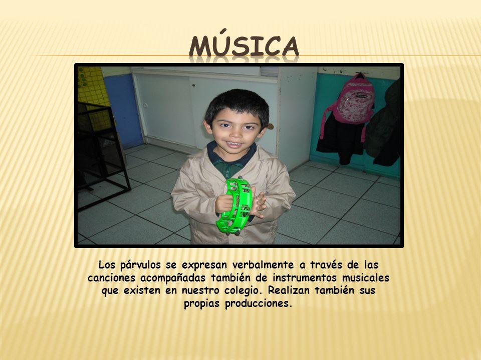 Los párvulos se expresan verbalmente a través de las canciones acompañadas también de instrumentos musicales que existen en nuestro colegio. Realizan