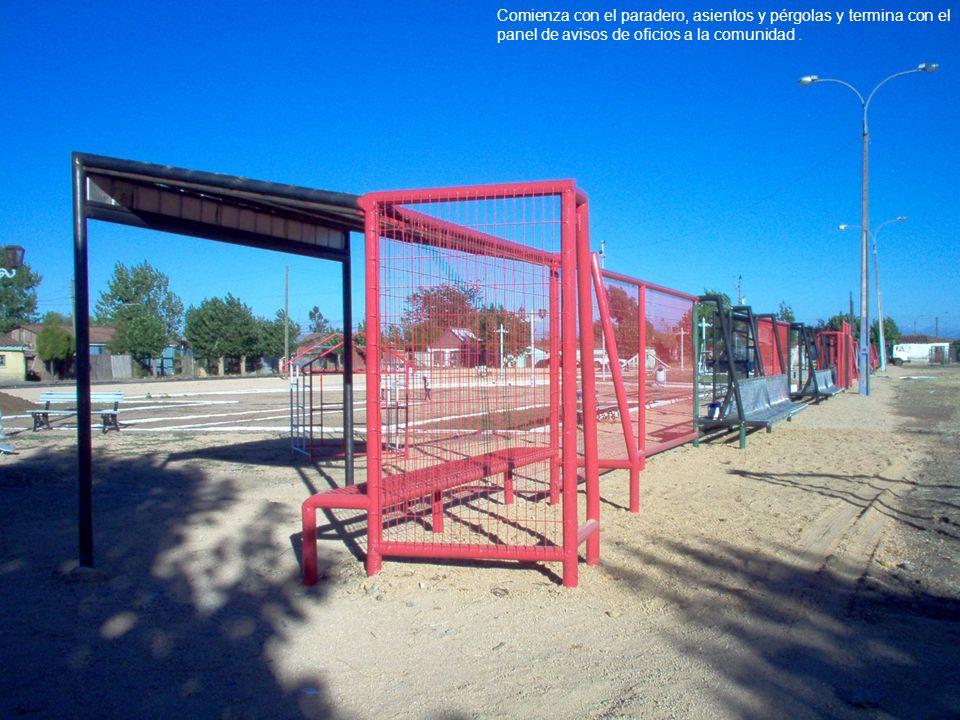 El segundo tramo se ubica en el centro de la plaza, y contiene el programa de exposición comunitaria; escenario,quiosco y diario mural.