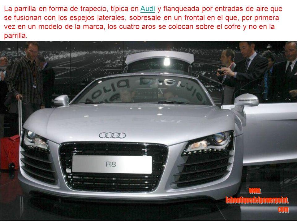 La parrilla en forma de trapecio, típica en Audi y flanqueada por entradas de aire que se fusionan con los espejos laterales, sobresale en un frontal en el que, por primera vez en un modelo de la marca, los cuatro aros se colocan sobre el cofre y no en la parrilla.Audi