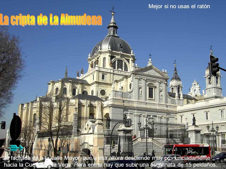 Su fachada da a la calle Mayor, que a esa altura desciende muy pronunciadamente hacia la Cuesta de la Vega.