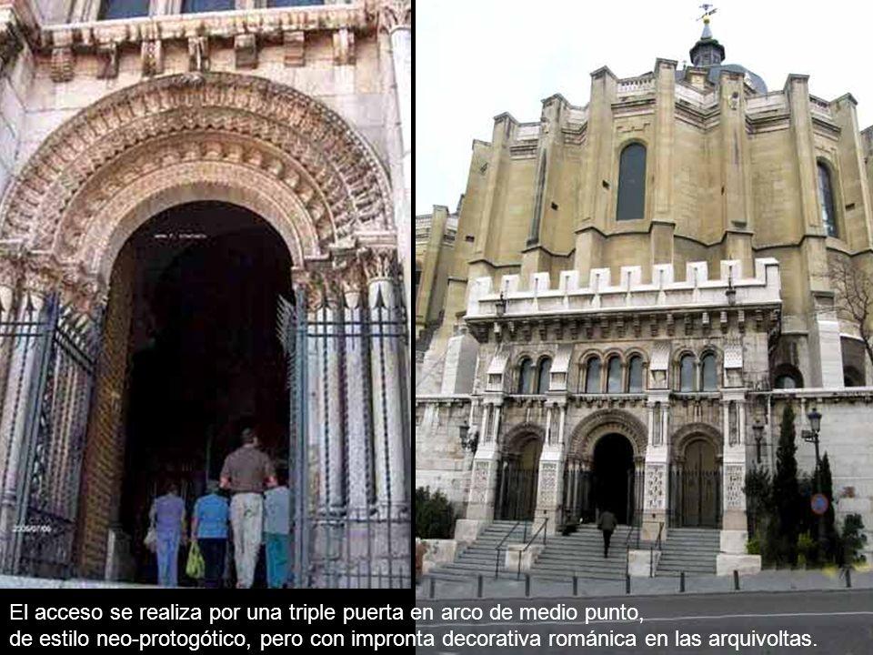 El acceso se realiza por una triple puerta en arco de medio punto, de estilo neo-protogótico, pero con impronta decorativa románica en las arquivoltas.