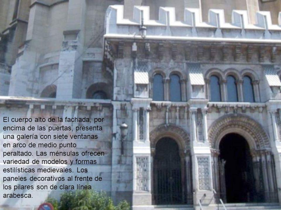 El acceso se realiza por una triple puerta en arco de medio punto, de estilo neo-protogótico, pero con impronta decorativa románica en las arquivoltas