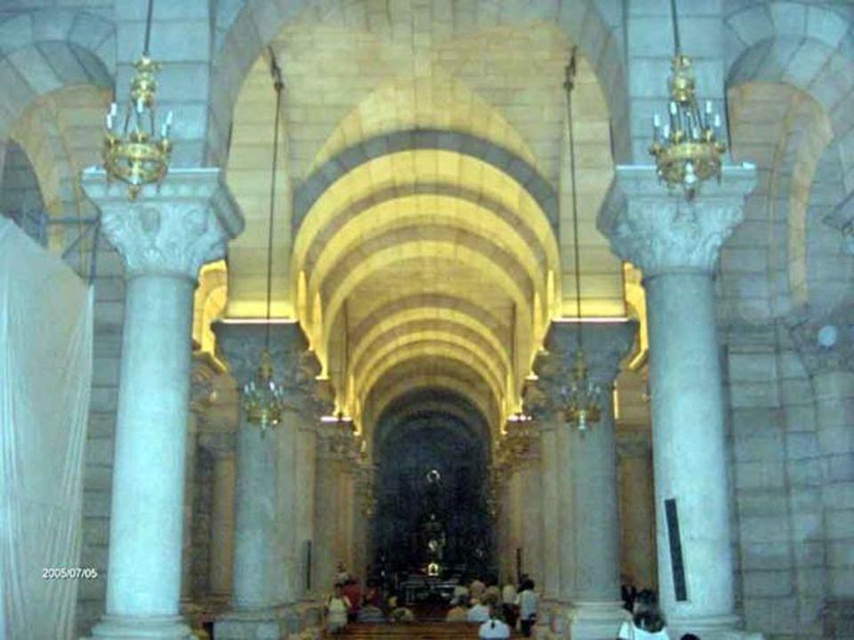 El estilo de la cripta es neo- románico con influencias bizantinas. Destacan las suntuosas columnas en número de 558, pero especialmente, las cincuent