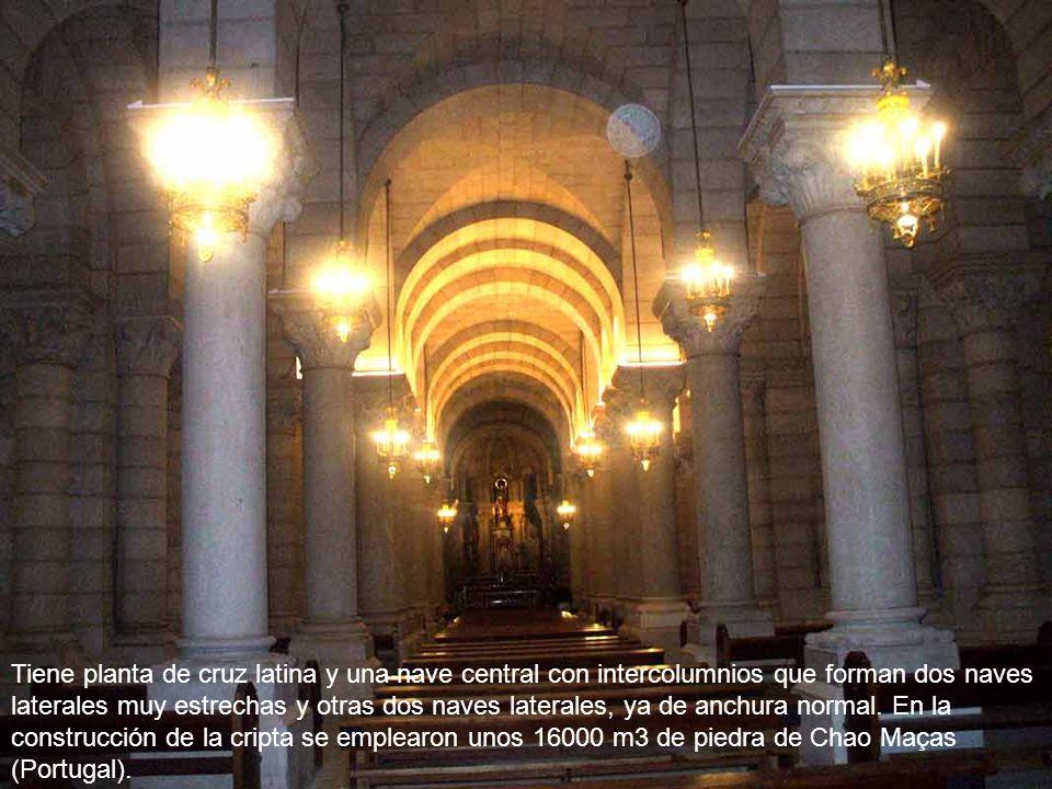 Tiene planta de cruz latina y una nave central con intercolumnios que forman dos naves laterales muy estrechas y otras dos naves laterales, ya de anchura normal.