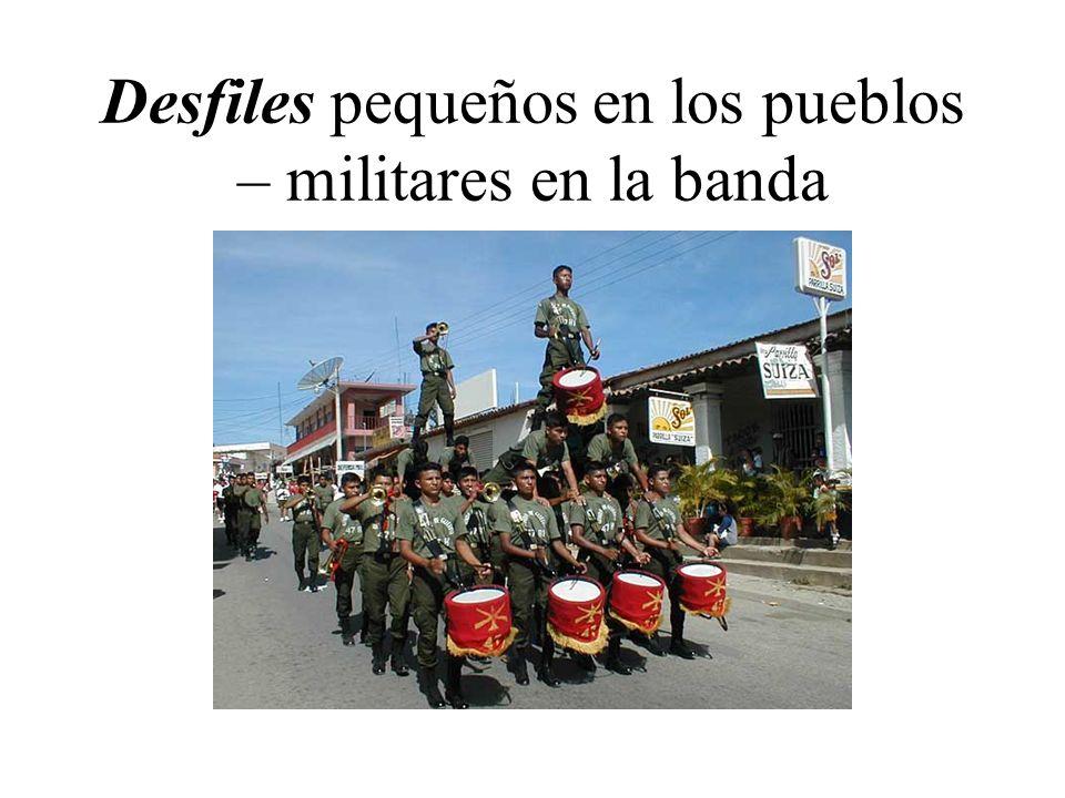 Desfiles pequeños en los pueblos – militares en la banda