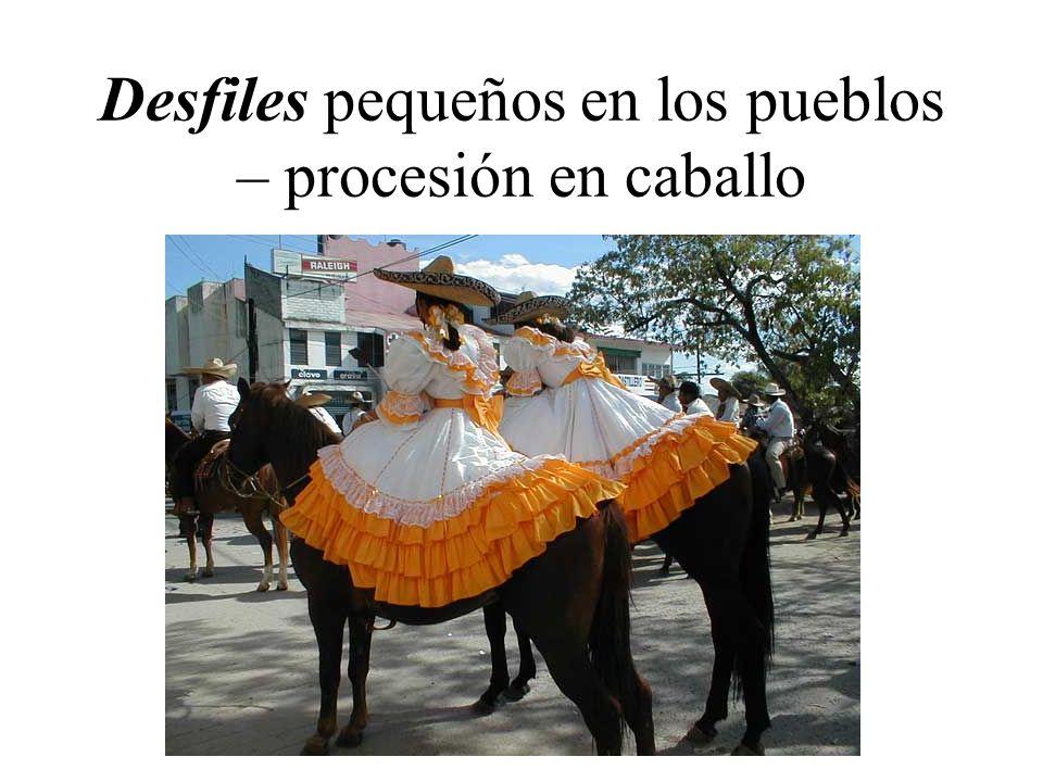 Desfiles pequeños en los pueblos – procesión en caballo