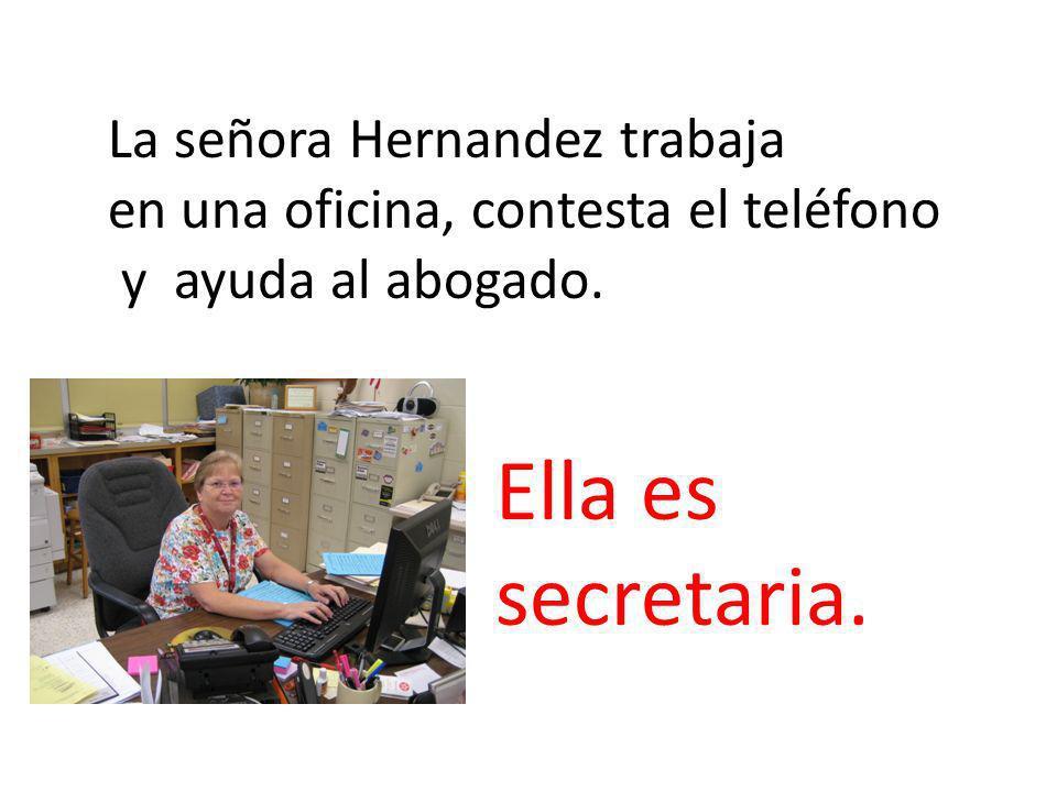 La señora Hernandez trabaja en una oficina, contesta el teléfono y ayuda al abogado.