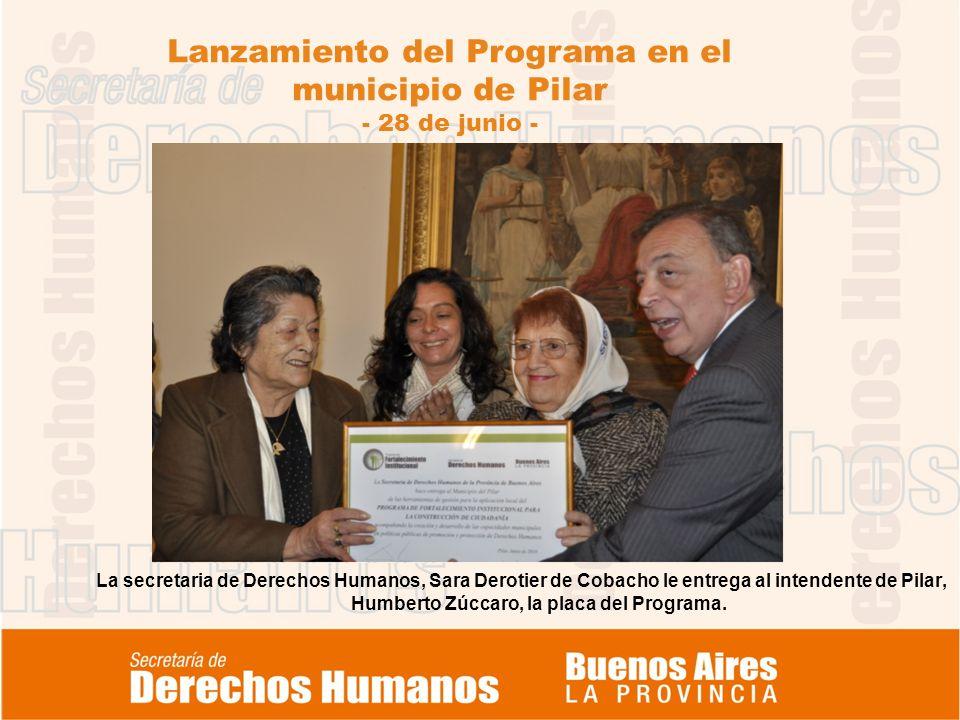 Lanzamiento del Programa en el municipio de Pilar - 28 de junio - La secretaria de Derechos Humanos, Sara Derotier de Cobacho le entrega al intendente de Pilar, Humberto Zúccaro, la placa del Programa.