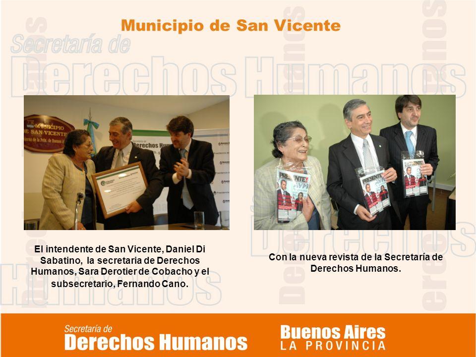 Municipio de San Vicente. Con la nueva revista de la Secretaría de Derechos Humanos. El intendente de San Vicente, Daniel Di Sabatino, la secretaria d