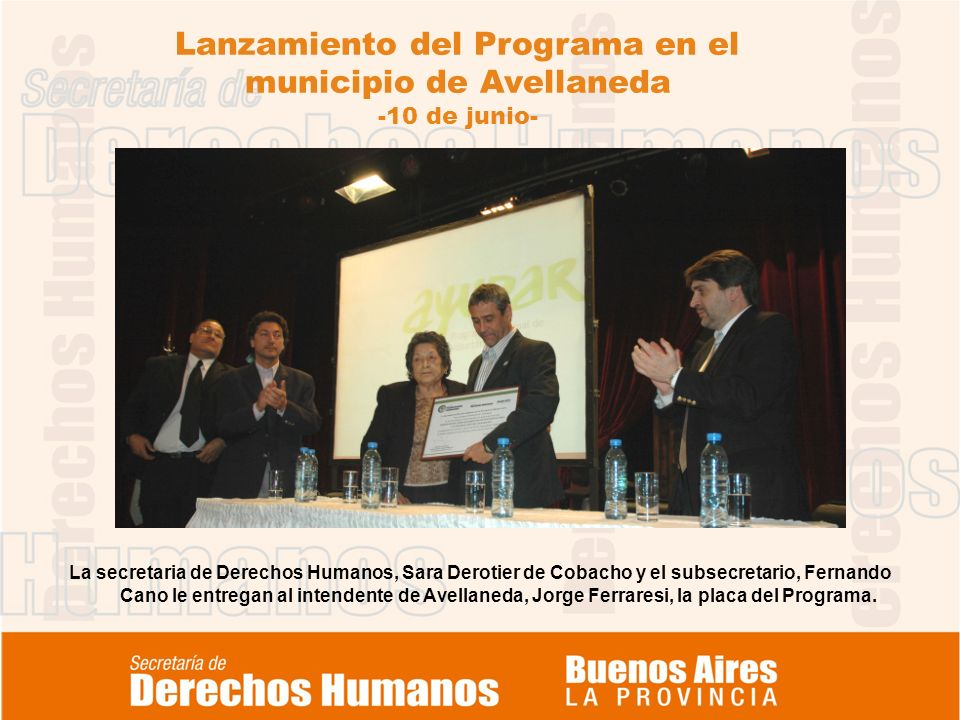 Lanzamiento del Programa en el municipio de Avellaneda -10 de junio- La secretaria de Derechos Humanos, Sara Derotier de Cobacho y el subsecretario, Fernando Cano le entregan al intendente de Avellaneda, Jorge Ferraresi, la placa del Programa.