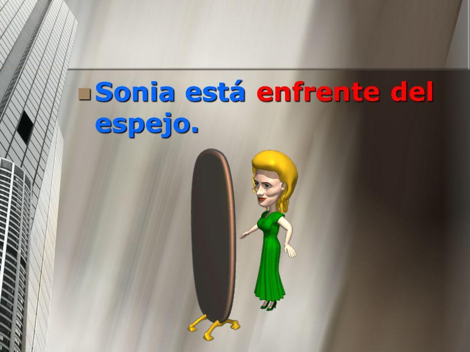 Sonia está enfrente del espejo. Sonia está enfrente del espejo.