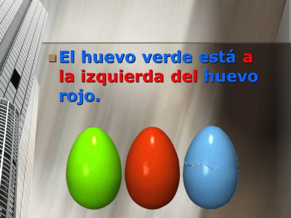 El huevo verde está a la izquierda del huevo rojo.