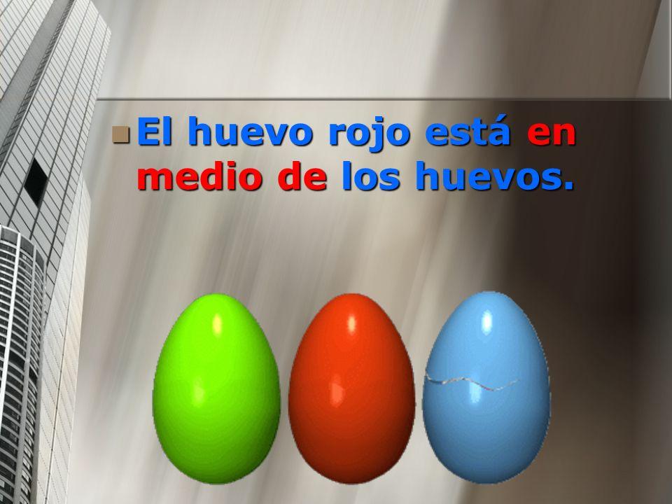 El huevo rojo está en medio de los huevos. El huevo rojo está en medio de los huevos.