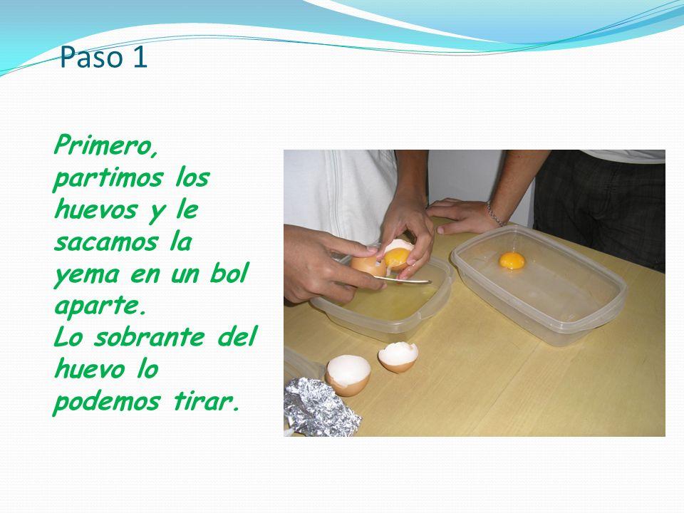 Paso 1 Primero, partimos los huevos y le sacamos la yema en un bol aparte. Lo sobrante del huevo lo podemos tirar.