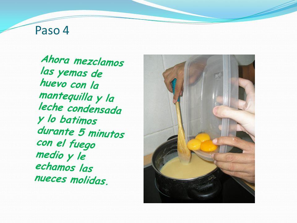 Paso 4 Ahora mezclamos las yemas de huevo con la mantequilla y la leche condensada y lo batimos durante 5 minutos con el fuego medio y le echamos las