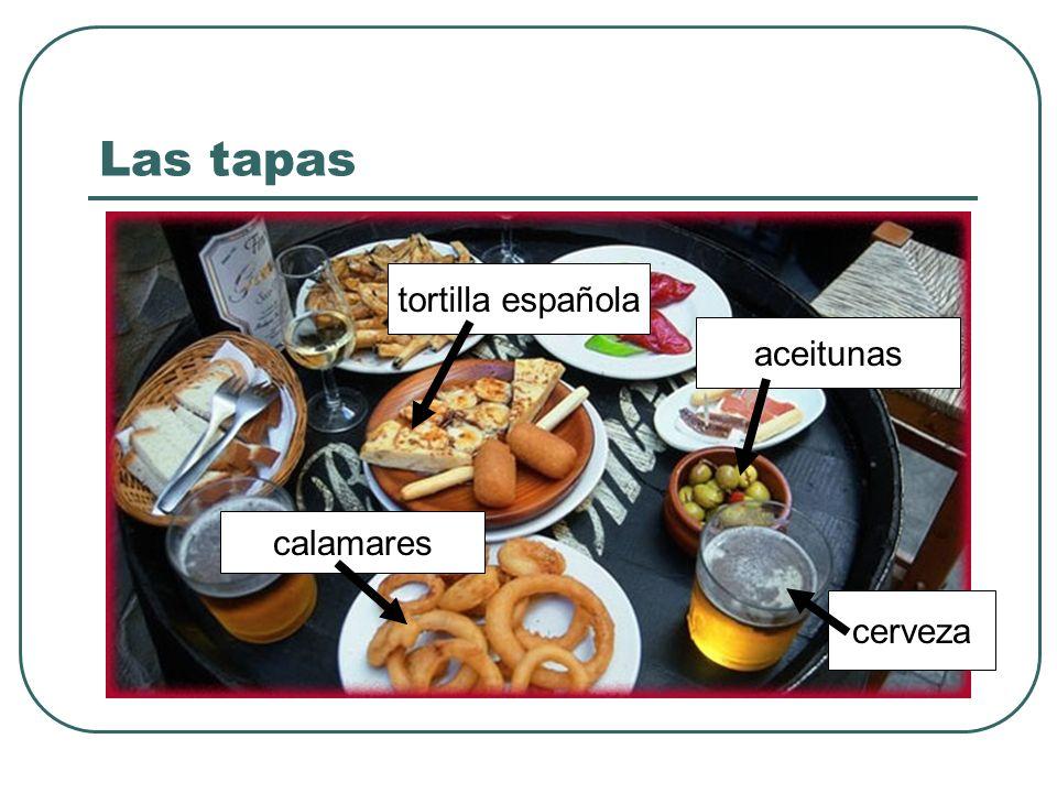 Las tapas calamares aceitunas cerveza tortilla española