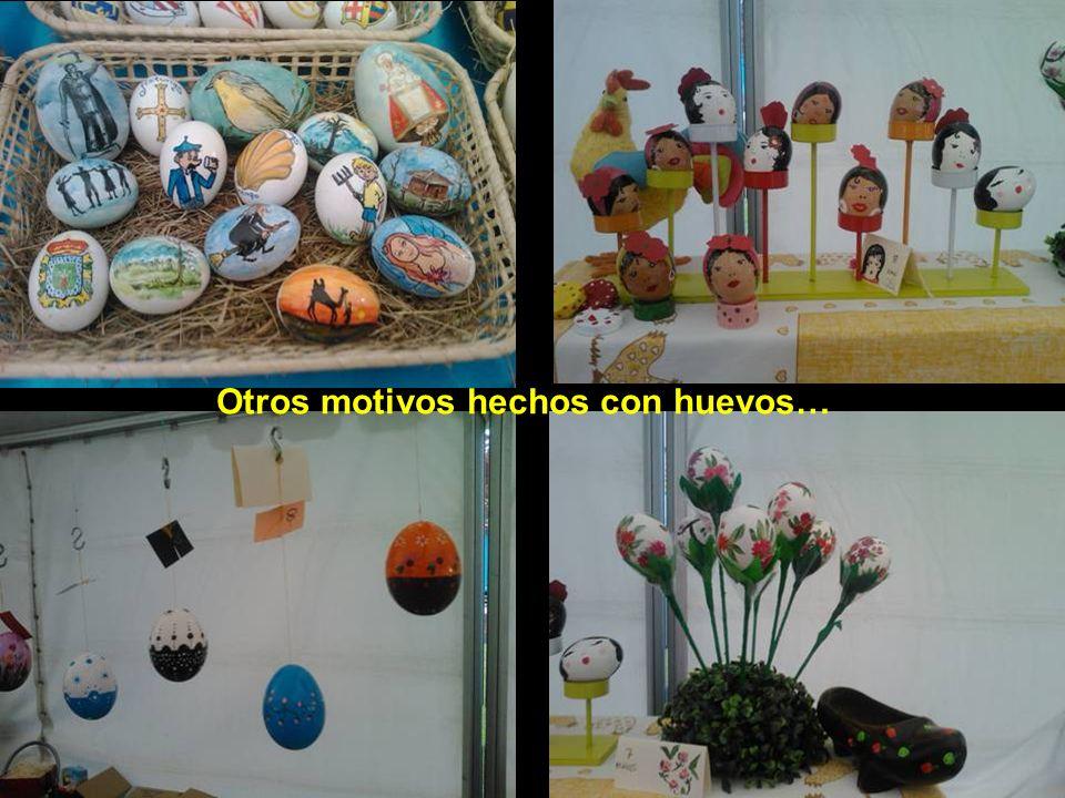 El visitante que llegue ese día a esta villa puede adquirir como recuerdo los huevos pintos que se venden en estos puestos situados ocasionalmente en