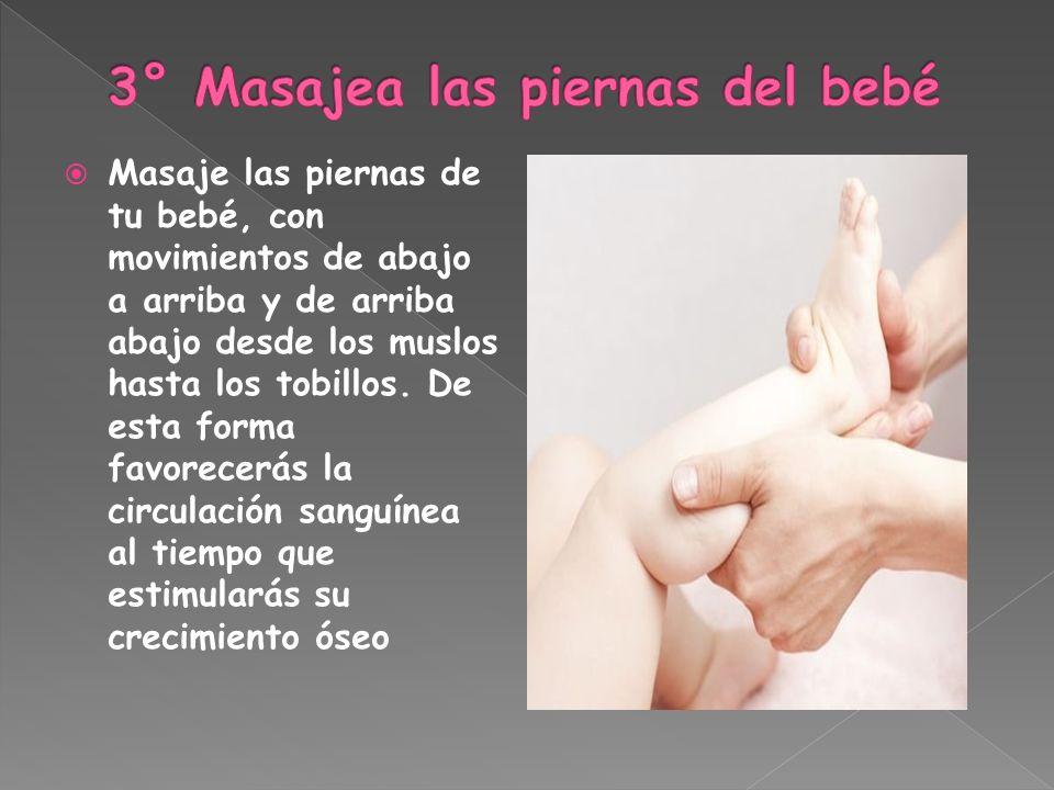 Masaje las piernas de tu bebé, con movimientos de abajo a arriba y de arriba abajo desde los muslos hasta los tobillos. De esta forma favorecerás la c