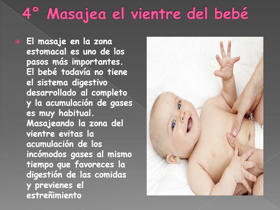 El masaje en la zona estomacal es uno de los pasos más importantes. El bebé todavía no tiene el sistema digestivo desarrollado al completo y la acumul