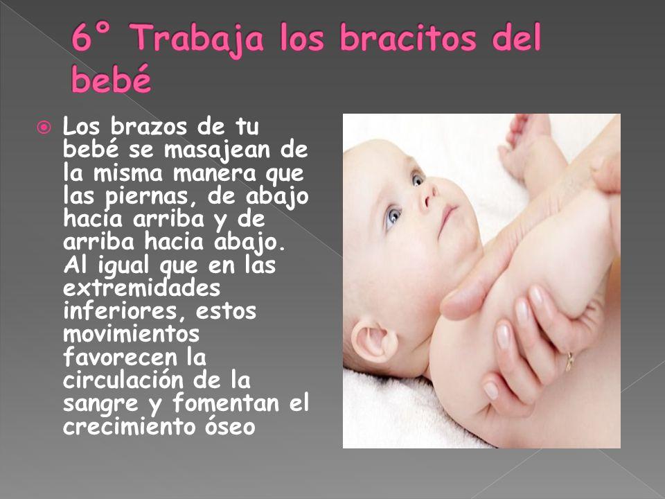 Los brazos de tu bebé se masajean de la misma manera que las piernas, de abajo hacia arriba y de arriba hacia abajo. Al igual que en las extremidades