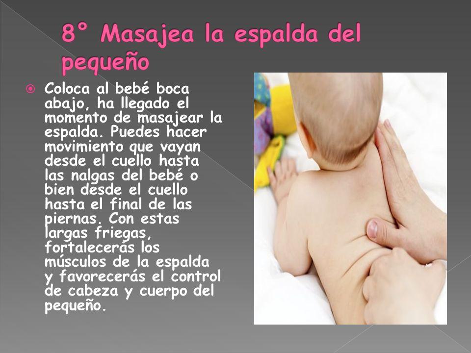Coloca al bebé boca abajo, ha llegado el momento de masajear la espalda. Puedes hacer movimiento que vayan desde el cuello hasta las nalgas del bebé o
