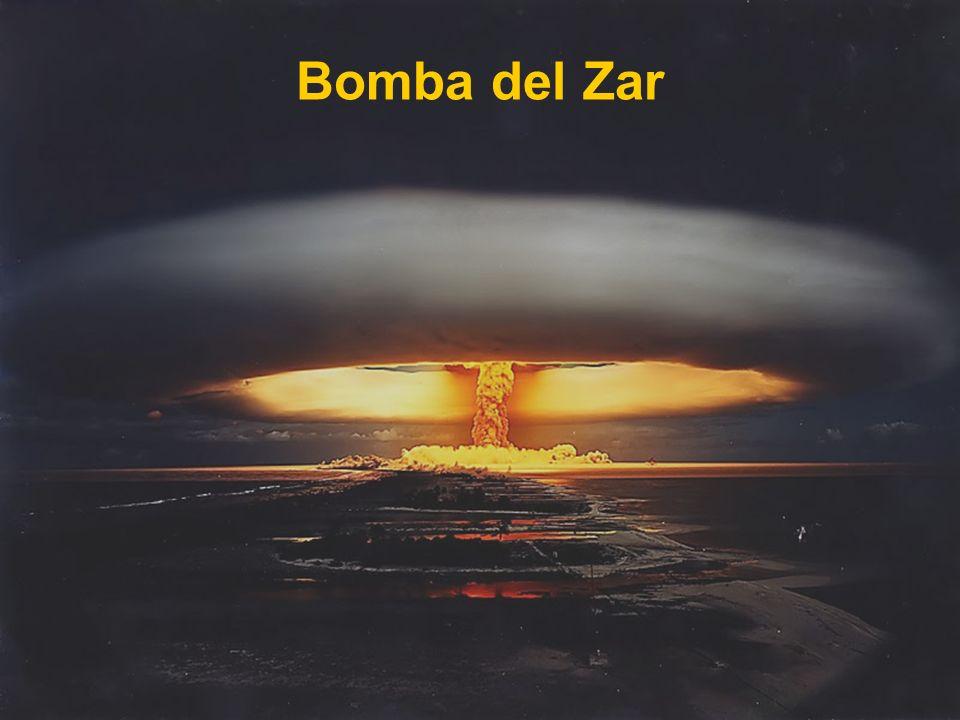 LA BOMBA NUCLEAR: BOMBA TZAR Durante la guerra fría, americanos y rusos se amenazaron mutuamente mediante exhibiciones de poder en pruebas nucleares.
