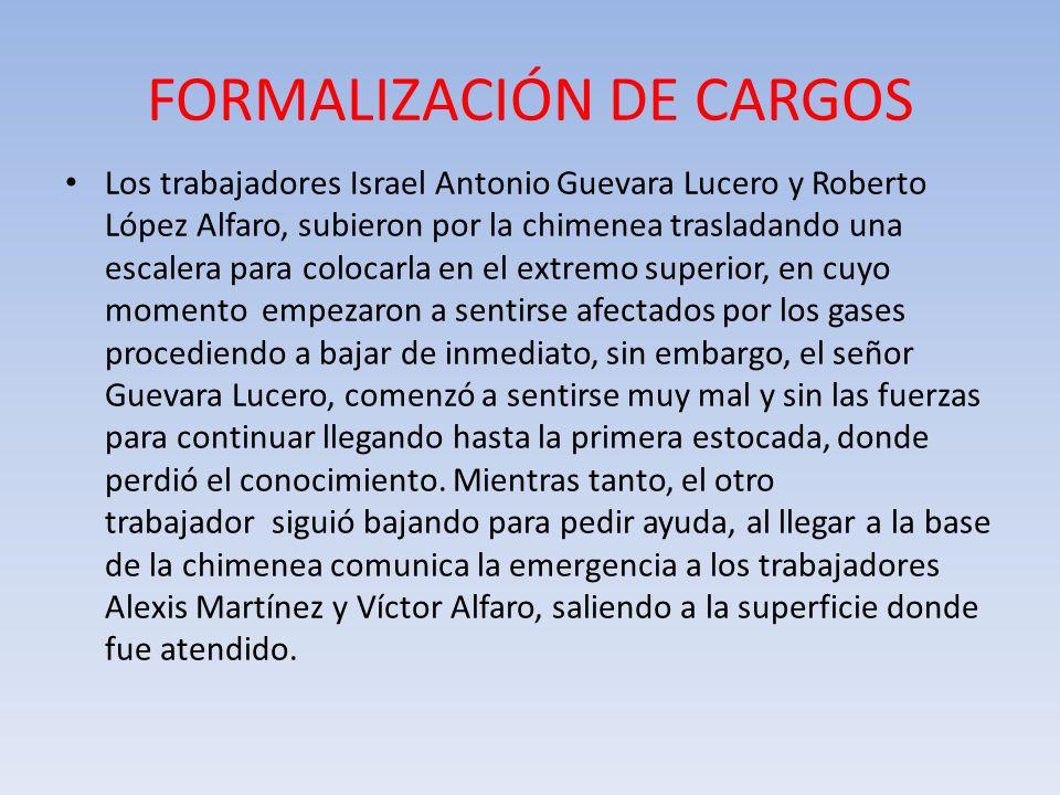 FORMALIZACIÓN DE CARGOS Los trabajadores Israel Antonio Guevara Lucero y Roberto López Alfaro, subieron por la chimenea trasladando una escalera para