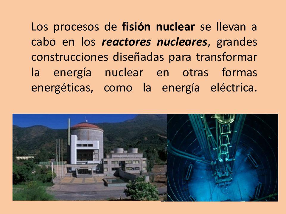 Los procesos de fisión nuclear se llevan a cabo en los reactores nucleares, grandes construcciones diseñadas para transformar la energía nuclear en ot