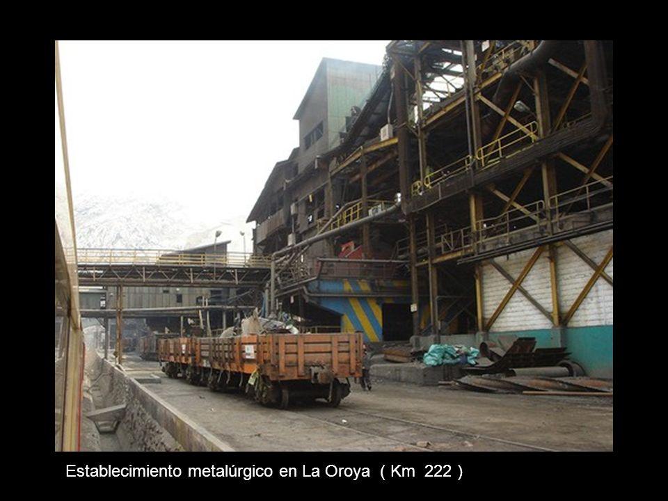 Entrando a La Oroya. Al fondo la chimenea de la fundición