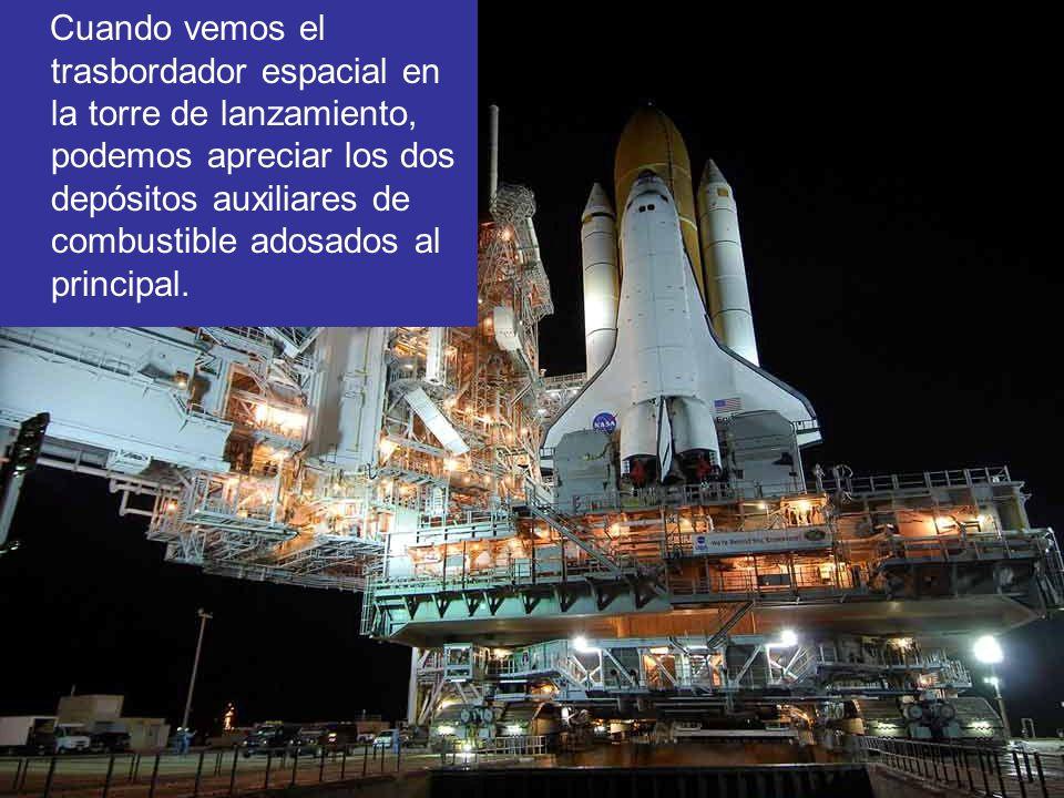 Cuando vemos el trasbordador espacial en la torre de lanzamiento, podemos apreciar los dos depósitos auxiliares de combustible adosados al principal.