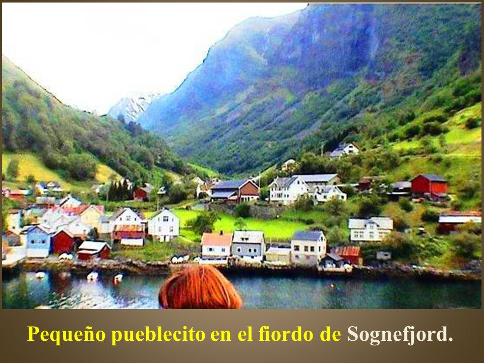 El fiordo de los sueños, que con sus 204km es el más largo de Noruega. Con vertigino- sos acantilados esculpidos por incontables cataratas y las vieja