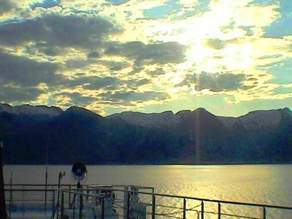Pequeño pueblecito en el fiordo de Sognefjord.