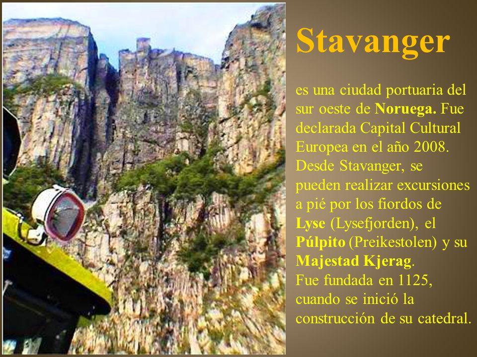 Uno de los lugares más impresionantes de Noruega. El Púlpito (Preikestolen), una plataforma que se eleva 600 metros en vertical desde el fiordo.