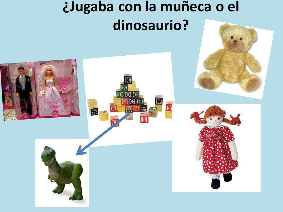 ¿Jugaba con la muñeca o el dinosaurio?