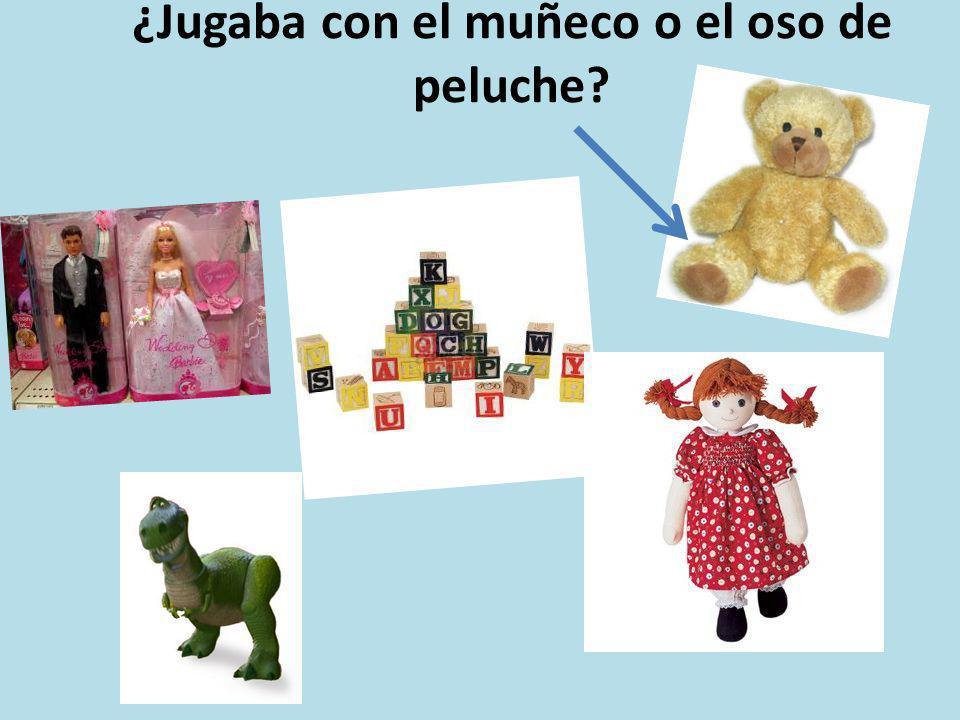 ¿Jugaba con el muñeco o el oso de peluche?